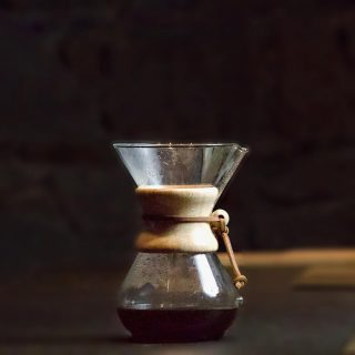 Se pensiamo ai metodi di estrazione per caffè filtro, ci viene in subito in mente v60! E la Chemex dove la mettiamo?! Al mondo esistono svariati coffee tools per estrarre caffè filtro e la chemex (il/la ancora non si è capito se è maschile o femminile!) è certamente uno dei più belli. Inventata nel lontano 1941 dal chimico tedesco Peter Schlumbohm, è tutt'oggi esposta al museo del MOMA a New York. Dal design semplice e lineare, la caraffa è di vetro borosilicato ha la caratteristica impugnatura di legno ed un laccino di pelle che la contraddistingue. Ci sembrava doveroso fare una piccola introduzione per annunciarvi che proprio la Chemex sarà la protagonista di una diretta di @specialty_pal e @lemongrassandoliveoil organizzata per sabato 14 Novembre, ore 11, in collaborazione con @dm_italia . Voi che metodo di estrazione preferite per il vostro caffè filtro? Scrivicelo nei commenti!🔽🔽🔽 . . . If you think about extraction methods for filter coffee the first that comes to mind is the V60! What about the Chemex? There are various coffee tools in this world to extract coffee. The chemex filter was invented in 1941 by German chemist Peter Schlumbohm and is certainly one of the best tools to date. It's on display at the MOMA museum in New York. It's simple design and linear, the glass carafe, it's characteristic wooden handle and leather strap make it very distinctive . So it only seems right that I bring to your attention that @specialty_pal and @lemongrassandoliveoil are doing an Instagram live about the Chemex on Saturday the 14 of November at 11am, in collaborazione with @dm_italia . What method of extraction do you prefer for your filter coffee! I'd be interested to know so why not write them in the comments below. 🔽🔽🔽 . . . #vannelli #vannellicoffee #coffee #specialtycoffee #chemex #chemexcoffee #barista #baristalife #baristagram #baristadaily #filtercoffee #cortona #tuscany #toscana #shippingworldwide #italy #beans #roaster #coffeeroaster #coffeepop